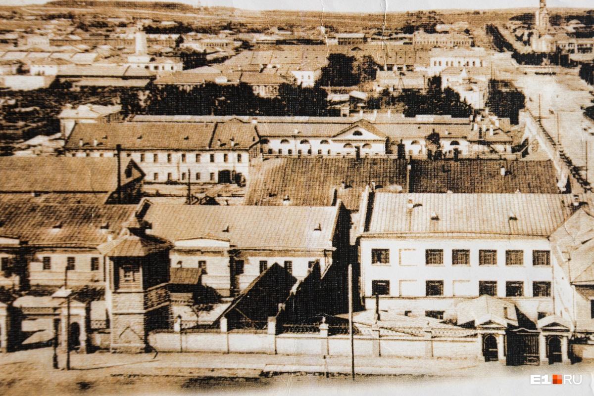 Вид на железнодорожные мастерские (бывший Екатеринбургский монетный двор) и камнерезную фабрику