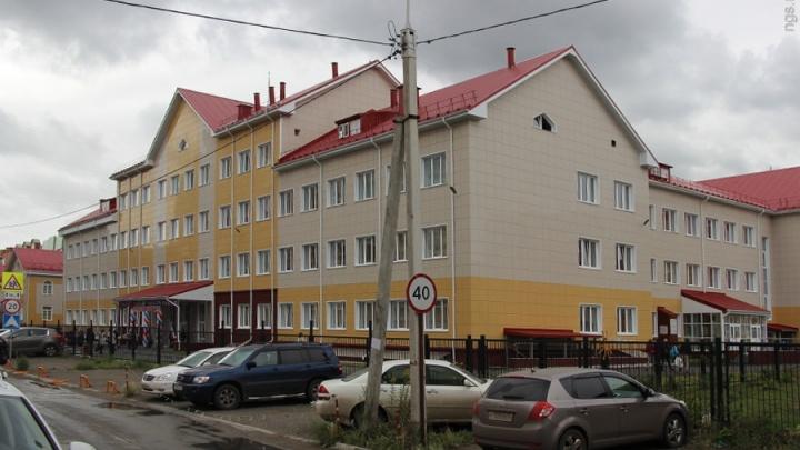 До падения штукатурки на ученика строителей омской школы просили починить потолок