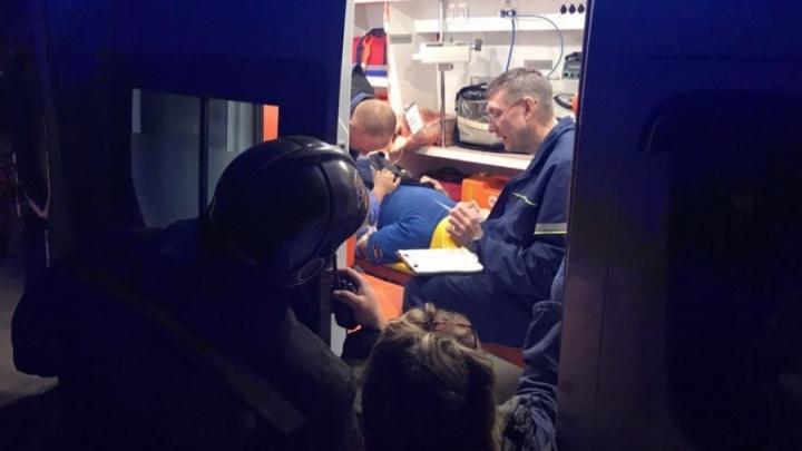 В МЧС рассказали о состоянии пожарного, который пострадал при тушении дома в Калининском районе