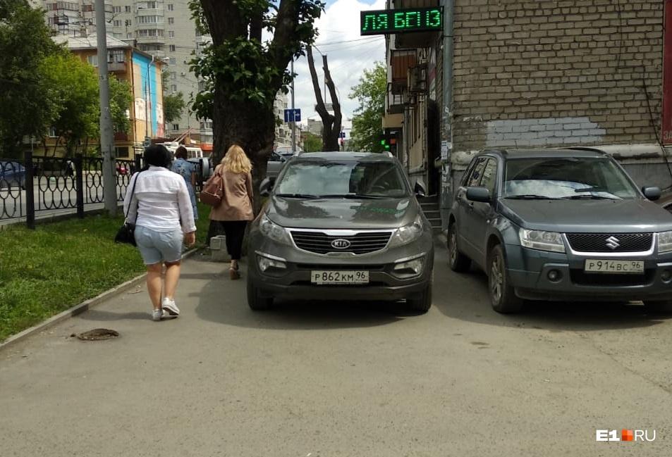 «Я паркуюсь, как...»: парковка на ступенях и полицейский уазик на месте для инвалидов