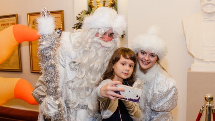 Волшебный шар и селфи с Дедом Морозом: смотрим фото с губернаторской ёлки в Оперном театре