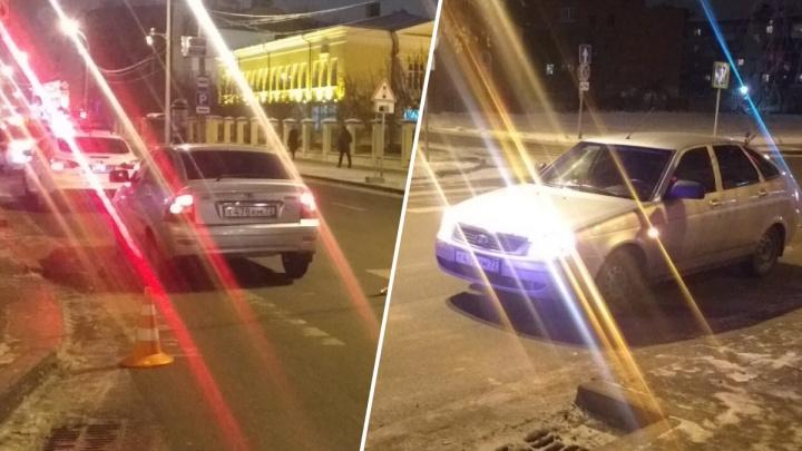 Неопытный водитель сбил девушку на Ленина в Тюмени. У нее — ушибы
