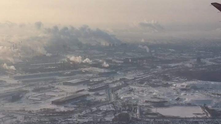 Промышленники заявили, что снизили выбросы. Челябинка сняла на видео город из самолёта, и это ад