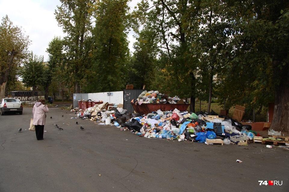 Между тем куча мусора у дома №7 на Свердловском проспекте скоро доползёт до проезжей части