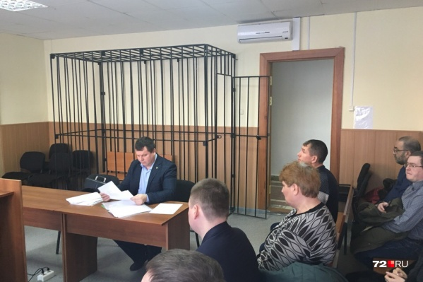 Анатолий Менский сел на первый ряд у двери рядом с родственниками погибшего водителя микроавтобуса «Соболь»