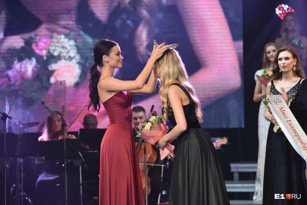 Трогательный момент. Мисс Екатеринбург — 2018 Арина Верина передает корону Виктории