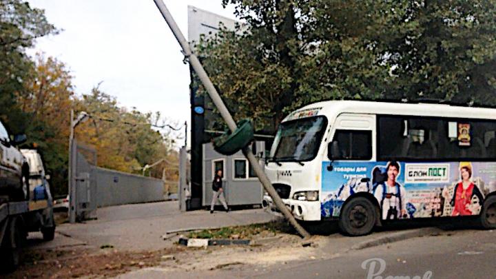 В Ростове маршрутка влетела в фонарь, пострадал пассажир