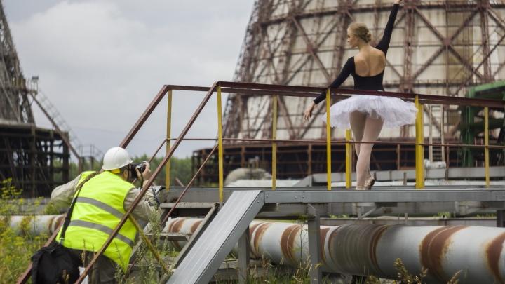 «Не побоялись перепачкаться»: балерины в пачках станцевали в цехе ТЭЦ-5