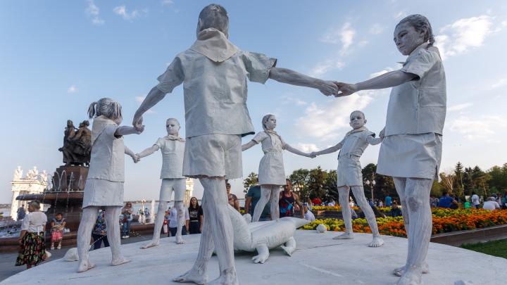 Нужна эксплуатация войны? В Волгограде дети и девушки показали живые скульптуры Сталинградской битвы