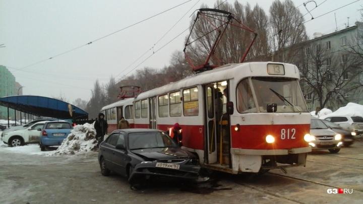 На Ставропольской столкнулись трамвай и «Хёндай»