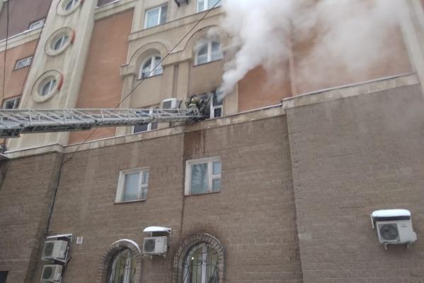 Пожарные использовали специальную лестницу