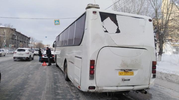 Рейсовый автобус попал в ДТП на Большевистской: собирается пробка