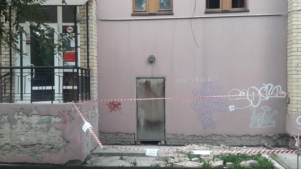 Кирпичи упали рядом с почтовым отделением на улице Курчатова