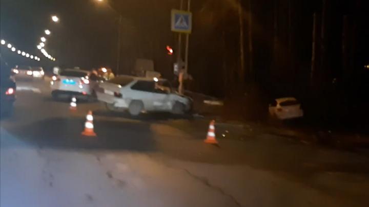 Две женщины пострадали в столкновении легковушек под Тюменью. Одна машина улетела в кювет