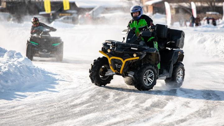 Поднимали в воздух клубы снега ради помощи детям: на Визовском пруду устроили ледовые гонки
