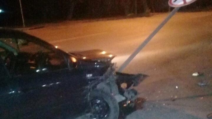 Автомобиль устроил массовую аварию на Первомайке и снёс дорожный знак