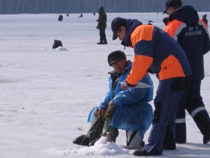 Спасатели скоро выйдут в рейд и начнут предупреждать рыбаков о том, что на льду находиться опасно