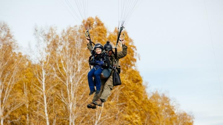 «Отрыв от земли — и восторг»: новосибирец поднял в небо на параплане детей, переживших рак