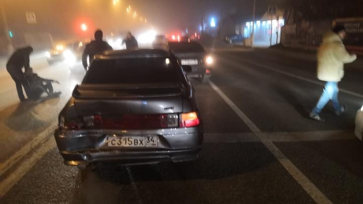 Гнал по встречке: на Второй Продольной Волгограда после ДТП вспыхнула машина такси