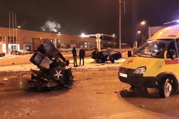 Отечественное авто от удара о столб разорвало на две части. Водитель в больнице, пассажирка погибла