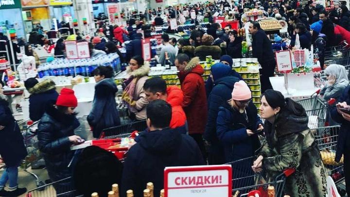 «Творится что-то невообразимое»: ростовчане атакуют торговые центры, скупая еду на Новый год