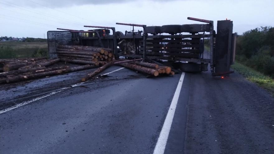 Трасса между Северодвинском и Архангельском перекрыта из-за упавшего лесовоза