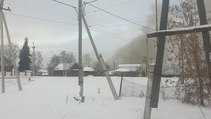 Пожар в Боровском: деревянный дом спасти не удалось, есть пострадавшая