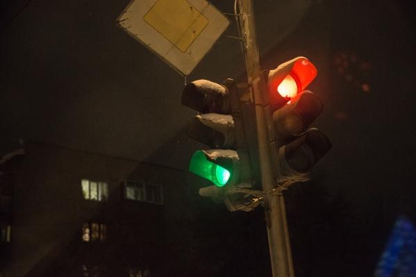 По словам очевидцев, перебои в работе светофора наблюдаются уже несколько дней