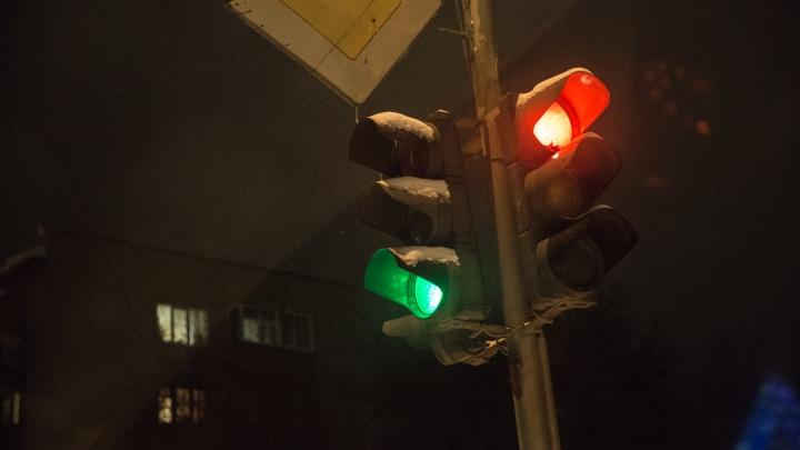 Новосибирцы встали в глухую пробку у ЦУМа из-за неработающих светофоров