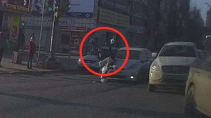 На ВИЗе видеорегистратор снял, как иномарка сбивает девушку, которая побежала на красный