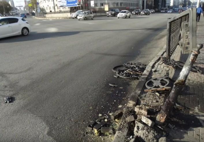 На площади Революции дважды сносили забор, в обоих случаях пешеходы не пострадали