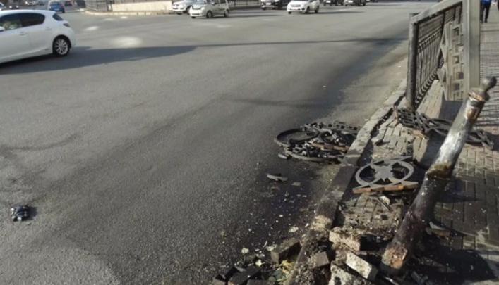 «Забор чугунный, неопасный»: Тефтелев отверг идею урбанистов убрать дорожные ограждения