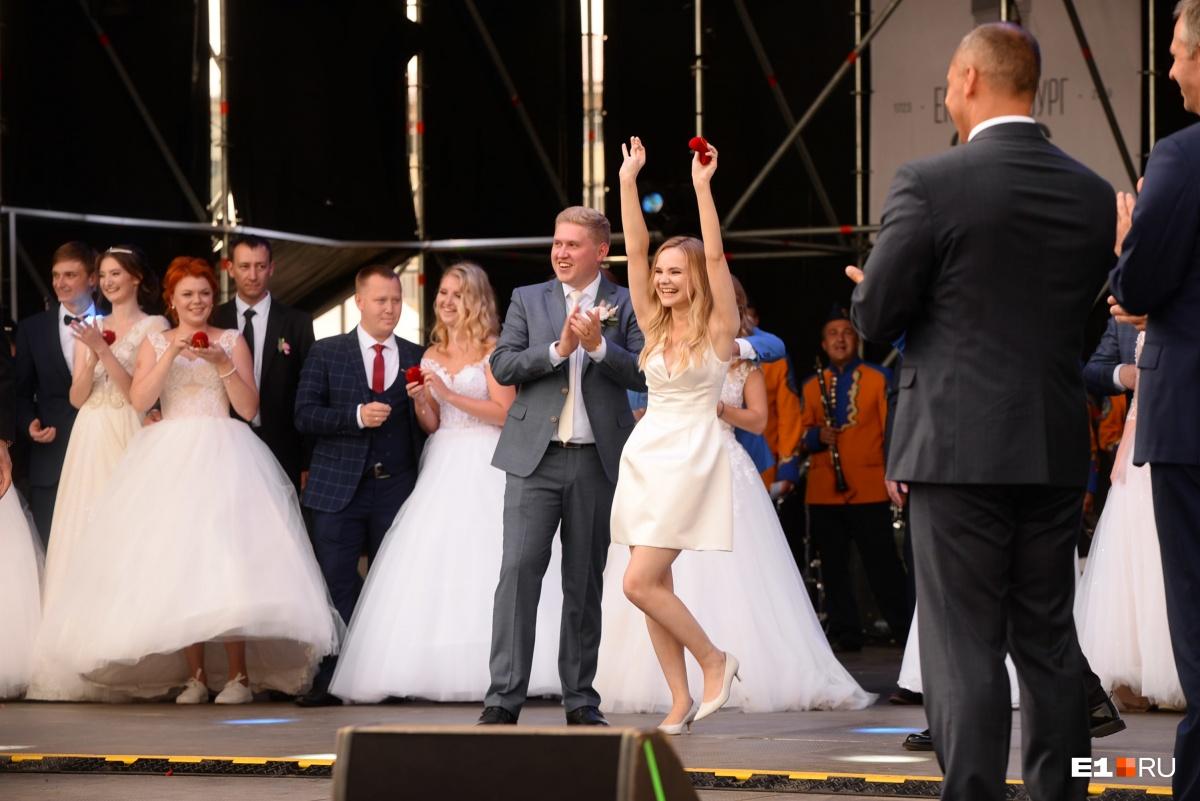 Лидер уральских комсомольцев Денис Курочкин и его жена Инна  выиграли однокомнатную квартиру в Екатеринбурге