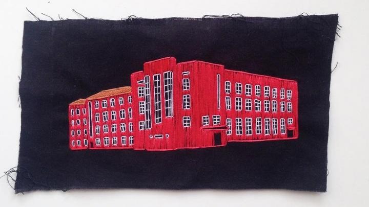 Дизайнер из Санкт-Петербурга вдохновился новосибирскими зданиями и начал их вышивать