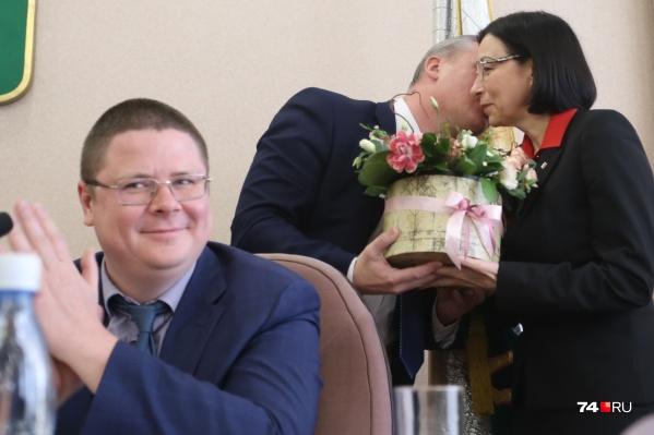 Глава конкурсной комиссии, вице-губернатор Анатолий Векшин не скрывал радости от того, что всё прошло гладко. А председатель гордумы Андрей Шмидт расцеловал Наталью Котову и подарил ей цветы