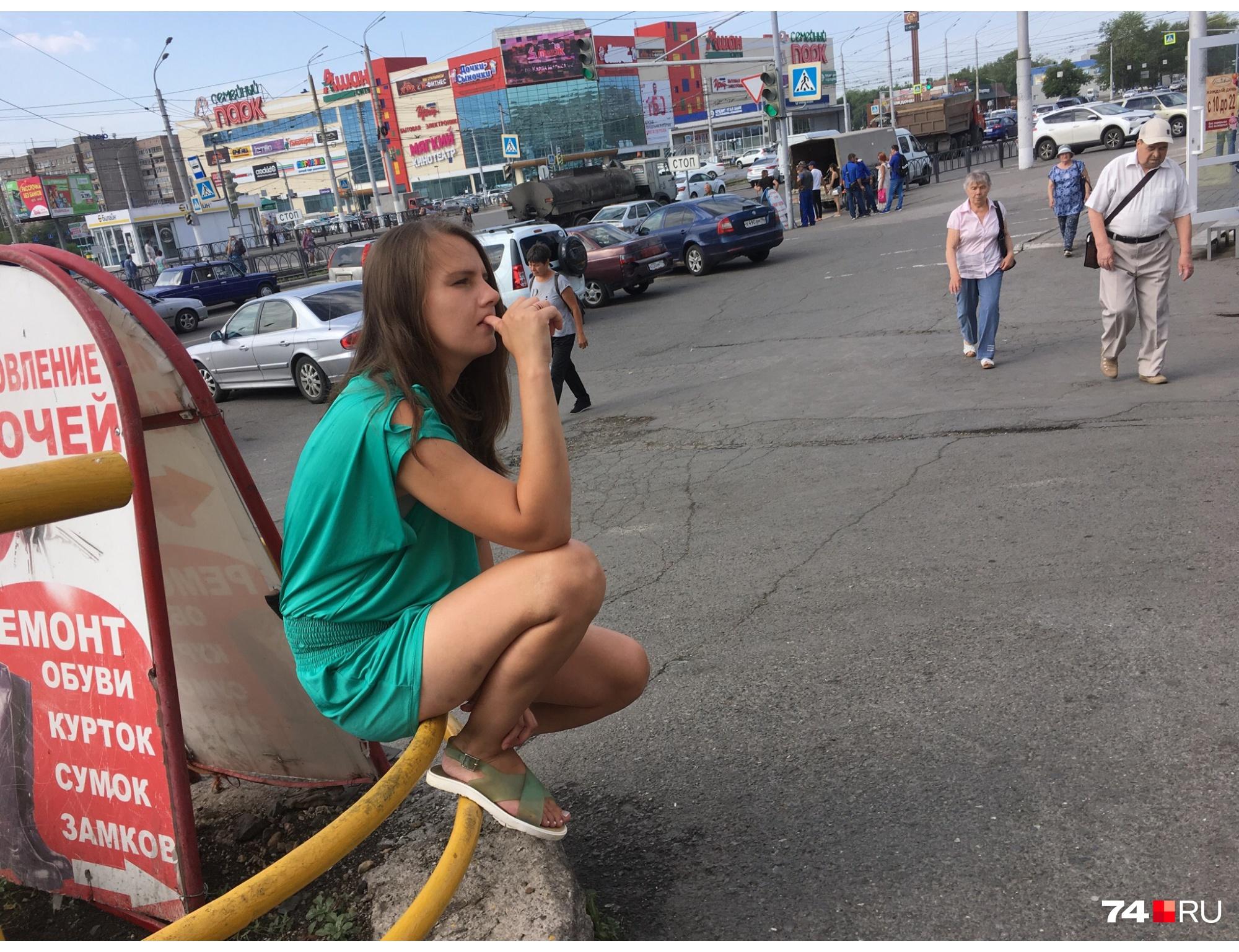 Молодая жительница Магнитогорска тоже ждёт визита Путина и попросила у корреспондентов 74.ru мелочи на шкалик в честь Дня металлурга