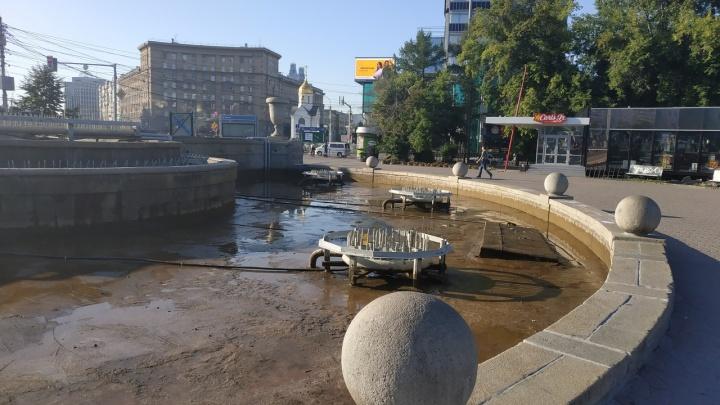Фото: в Первомайском сквере слили воду из фонтана