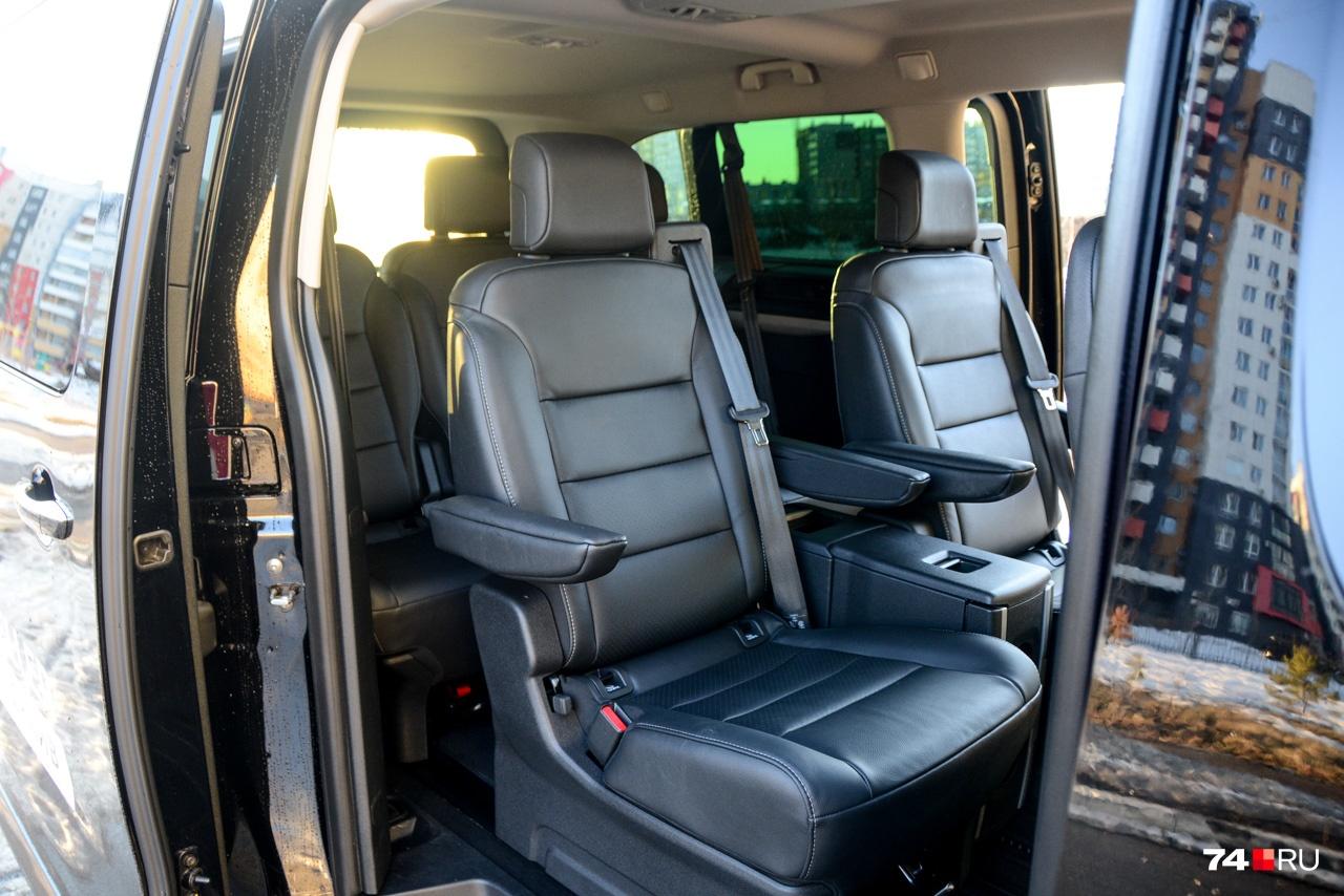 У автомобиля сдвижные автоматические двери, которые можно открыть бесконтактным способом, проведя ногой в районе заднего бампера. Или же дёрнуть ручку двери