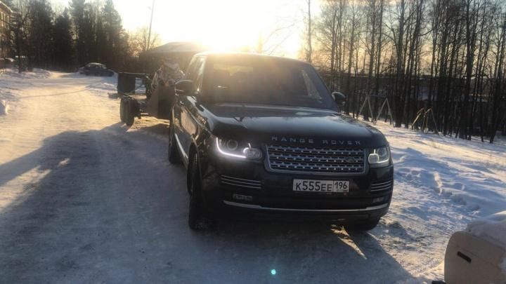 С охраняемого паркинга на Уктусе угнали Range Rover с блатными номерами