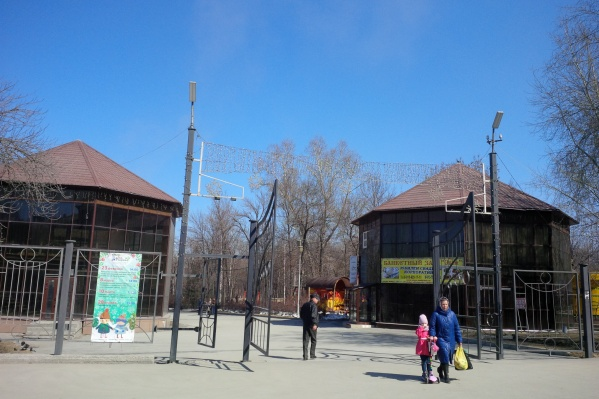 Изначально предполагалось, что постройки на входе в парк будут временными