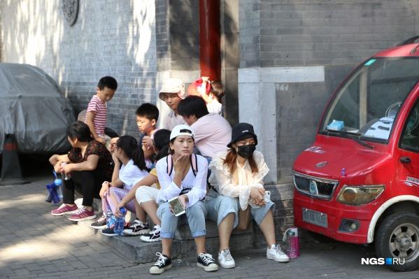 В Китае обычно и так ходят в масках, но теперь это советуют всем, в том числе туристам, которые летят в эту страну