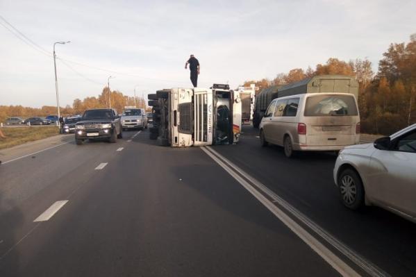 Грузовик буквально лёг на проезжей части, затруднив движение других водителей