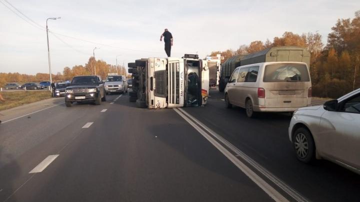 На трассе Екатеринбург — Тюмень перевёрнутый большегруз спровоцировал пробку