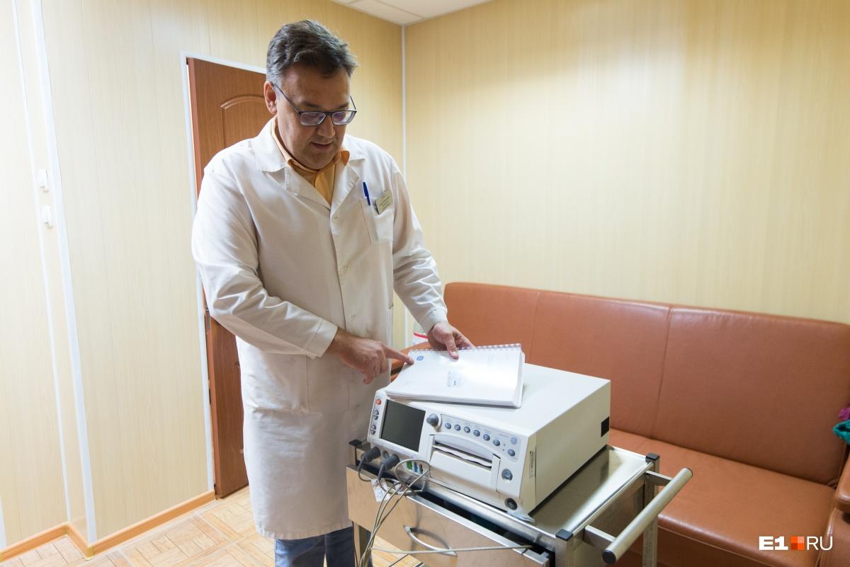 Заместитель главного врача больницы № 14 Сергей Беломестнов показывает новый монитор. С его помощью можно делать электрокардиограмму младенцам и сразу диагностировать возможные проблемы с сердцем