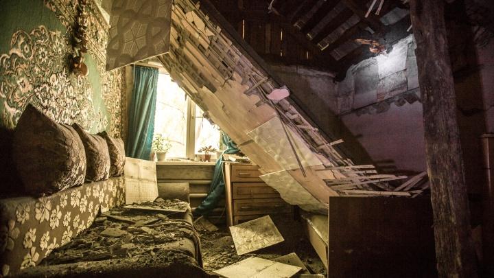 «Здесь страшно жить»: дом, построенный из рельсов, рухнул на головы жильцов