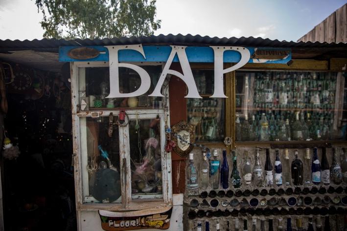 Кладовку называют офис-баром Петровича, парник —шатром хана Савелия
