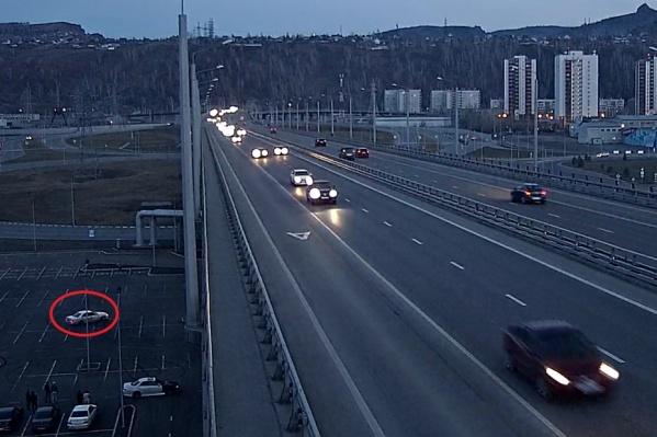 Маневры дрифтеров на парковке у нового моста через Енисей