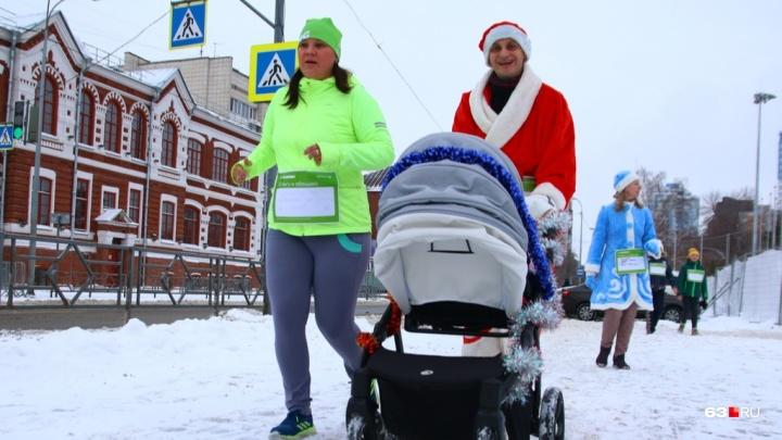 Бег в коляске: самарцы провели «забег обещаний» на площади Куйбышева
