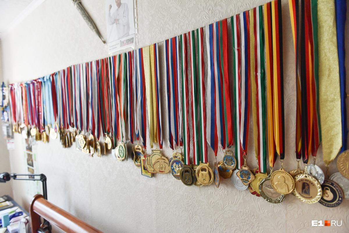 У Ашихмина около ста медалей, точное количество он не знает
