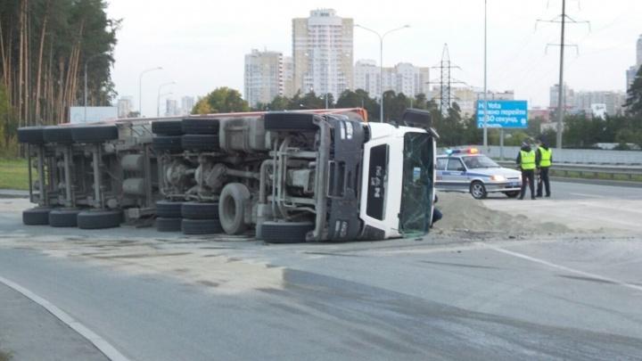 На развязке Московской и Объездной грузовик завалился набок и высыпал на дорогу 39 тонн песка